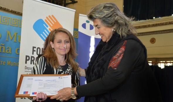 Viñamarinas reciben certificaciones de curso para hacer crecer su negocio de parte de alcaldesa Virginia Reginato