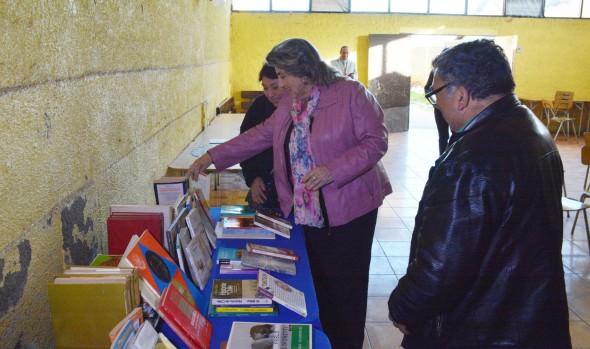 Vecinos de Miraflores implementan biblioteca comunitaria gracias a campaña de donación de libros de la Municipalidad de Viña del Mar