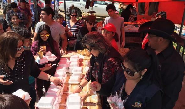 Para celebrar mejora de Feria Las Torres, alcaldesa Virginia Reginato acompañó a locatarios  en charquicanada