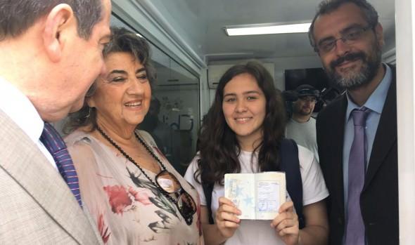 Alumnos extranjeros que estudian en planteles municipales de Viña del Mar reciben apoyo para regularizar sus documentos