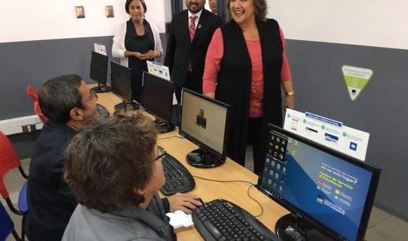 Municipio de Viña del Mar e instituto AIEP ejecutan curso de alfabetización digital dirigido a los adultos mayores