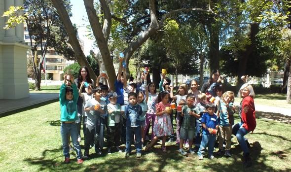 Control de residuos y tenencia responsable de mascotas enseña taller para niños en Palacio Rioja de Viña del Mar