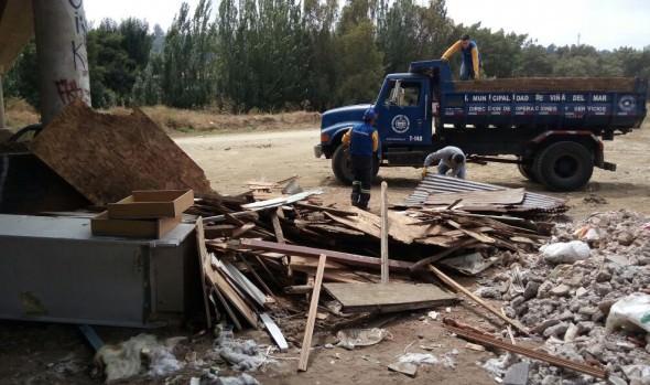Municipio de Viña del Mar desarrolla trabajos de limpieza en lecho del estero