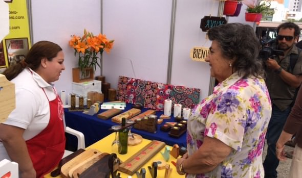 Artículos y artesanías nacionales dan vida a la feria regional de emprendimiento en Viña del Mar