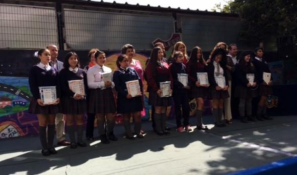 Útiles escolares a estudiantes viñamarinos entregaron  alcaldesa Virginia Reginato y JUNAEB