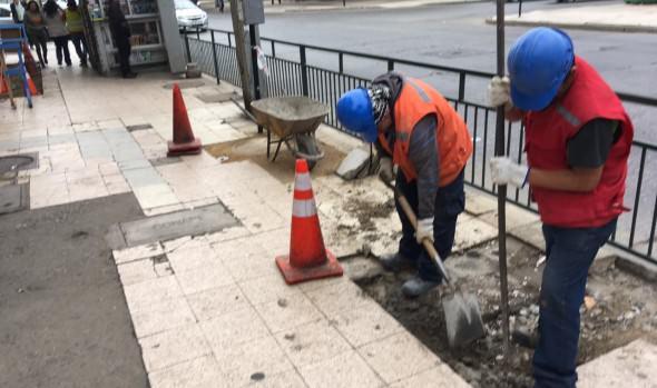 Municipio de Viña del Mar repara socavamientos en aceras de calle Arlegui y Valparaíso