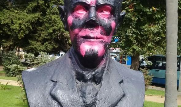 Municipio de Viña del Mar realiza limpieza de busto en plaza Paul Harris en conjunto con Rotary Club