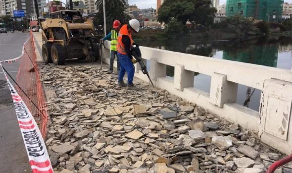 Municipio de Viña del Mar inició mejoramiento de aceras en puentes sobre el estero