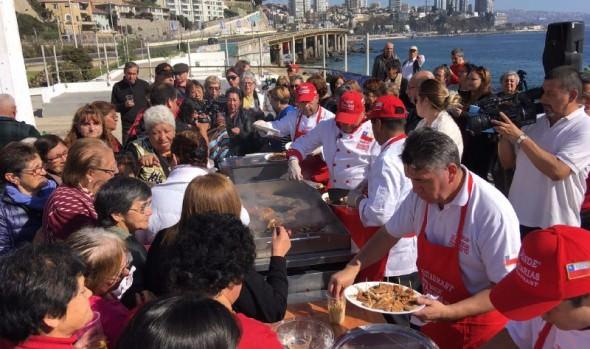 """Con actividad """"Reineta junto al mar"""" promueven consumo de pescado y turismo en Viña del Mar entre adultos mayores"""