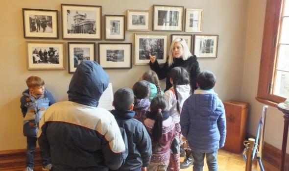 Niños reconocieron su patrimonio a través de fotos familiares en taller de vacaciones invierno del municipio de Viña del Mar