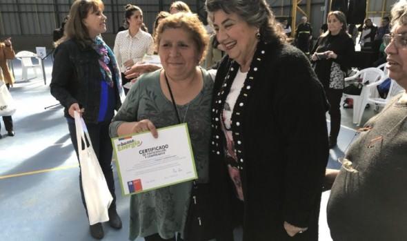 Vecinos de Reñaca Alto recibieron kit para usar eficientemente la energía eléctrica en sus hogares