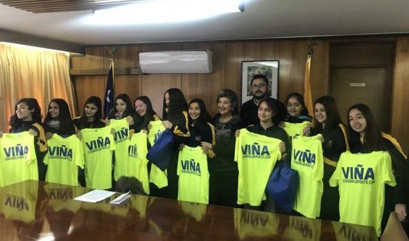 Alcaldesa Virginia Reginato despidió a seleccionadas de básquetbol y vóleibol que competirán en torneos nacionales