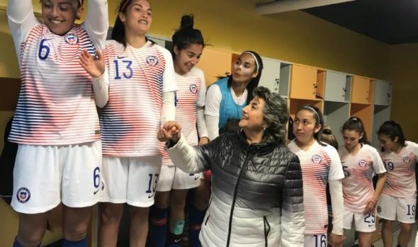 """Alcaldesa Virginia Reginato compartió con """"Las Guerreras"""" tras triunfo ante Sudáfrica"""