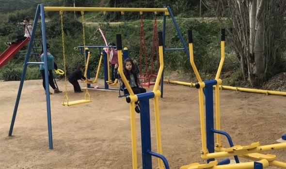 Municipio viñamarino entregó set de máquinas de ejercicios y nueva cancha de fútbol a comunidad de Expresos Viña