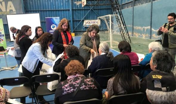 Vecinos de Viña del Mar recibieron kit para usar eficientemente la energía eléctrica en sus hogares
