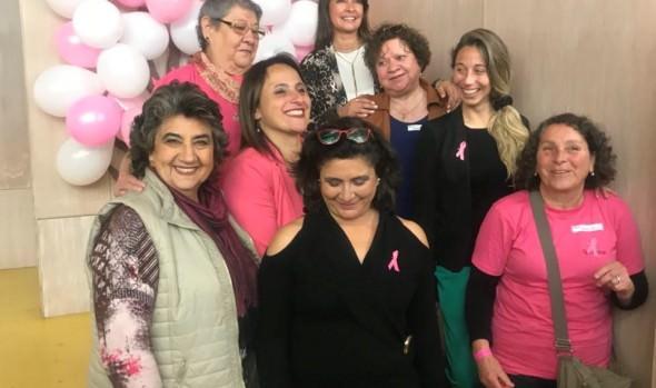 Mujeres en tratamiento post-cáncer participan en talleres educativos y estaciones de terapia