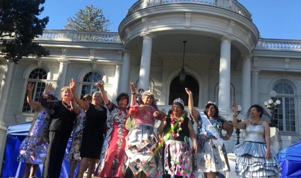 Candidatas a Reina del Adulto Mayor de Viña de Mar desfilaron con trajes reciclados