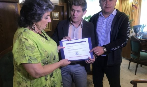 Alcaldesa Virginia Reginato recibió documento que incorpora oficialmente a Viña del Mar a Red internacional de ciudades del surf