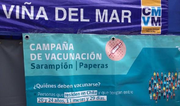 En la playa, en Viña del Mar vacunan contra el sarampión y paperas