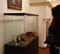 """Municipalidad de Viña del Mar invita a visitar exposición """"Ornamentos para el ceremonial"""" en el Castillo Wulff"""
