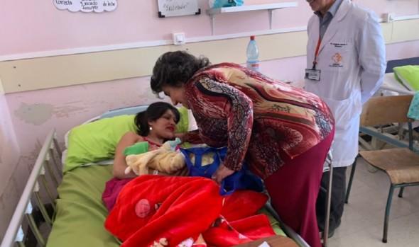 Mamás en el Hospital Gustavo Fricke fueron saludadas por alcaldesa Virginia Reginato en su día