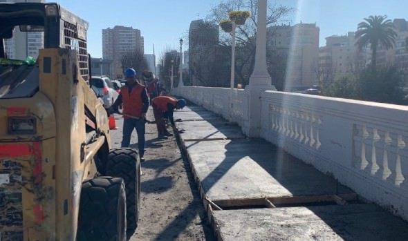 Municipio de Viña del Mar repara aceras en puente Villanelo