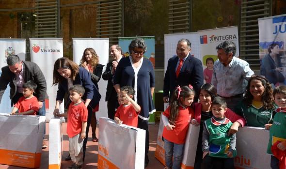 Niños de jardines infantiles de Viña del Mar recibieron sets de juegos didácticos
