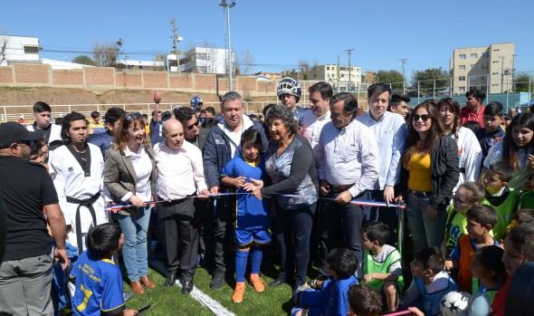 Viña del Mar cuenta con su primera cancha de fútbol pública de pasto sintético en Gómez Carreño