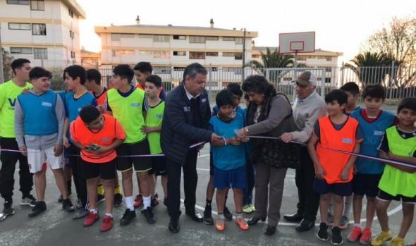 Entregan remodelada multicancha Villa Carlos Condell en Miraflores Alto