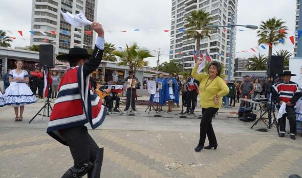 Viña del Mar ya vive ambiente dieciochero celebrando el día del choripan