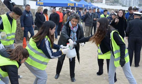 En Viña del Mar inician operativos de limpieza de playas en la zona