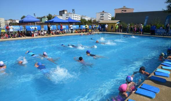 Niños y adultos de Viña del Mar aprenden a nadar de manera gratuita en piscina segura