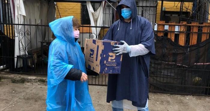 Entrega de cajas de alimentos a vecinos de Viña del Mar